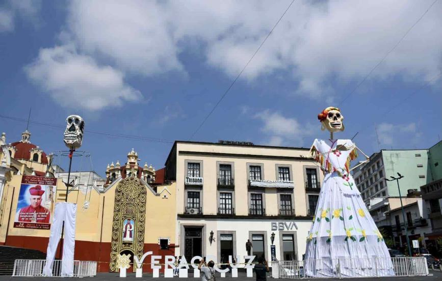 Xalapa: colocan Catrina para conmemorar a fallecidos por COVID-19